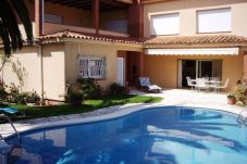 Villa con piscina en Empuriabrava