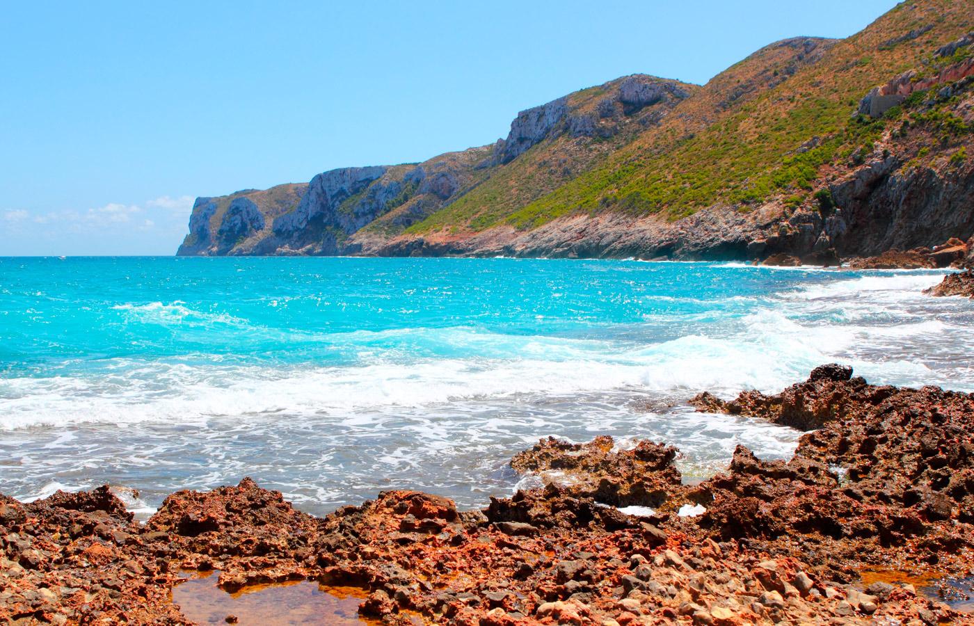 Playa azul rocas