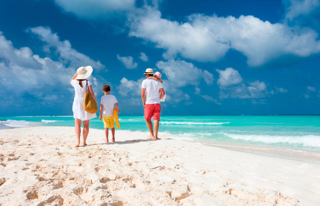 Paseo familia playa