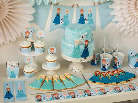 Mesa decorada con motivos de Frozen para una fiesta temática