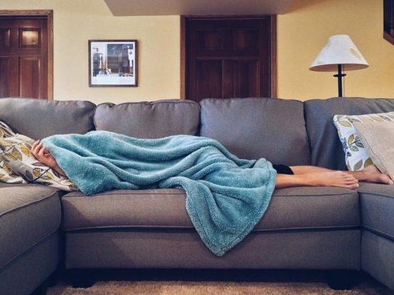 Manta y sofá, un buen plan para hacer en casa