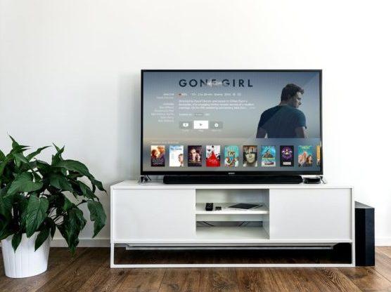 Ver películas, uno de los planes para hacer en casa