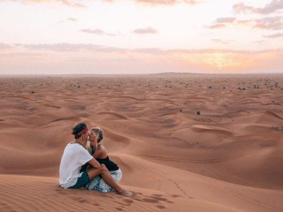 Una pareja de fotógrafos de viajes