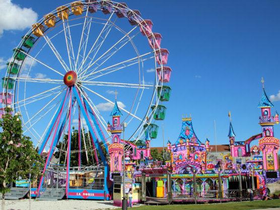 Pasar el día en un parque de atracciones es un plan genial para hacer con niños