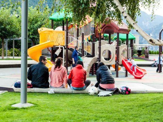 Ir al parque con los niños es algo para hacer en familia