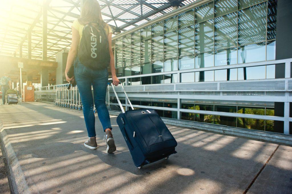 viajero-maleta-aeropuerto