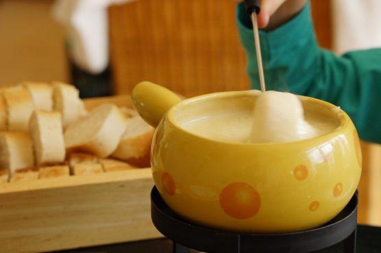que-comer-en-los-alpes-fondue-muchosol