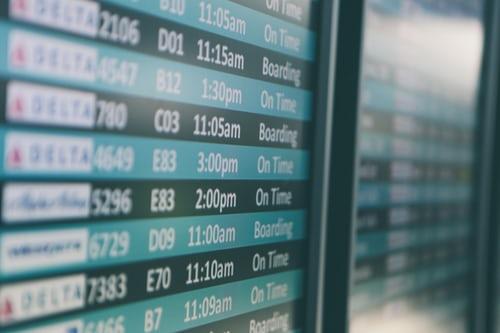 panel-salidas-aeropuerto-vuelos-baratos